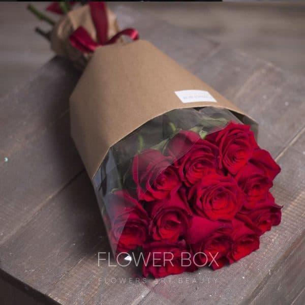 11 красных роз в классическом оформлении целлофан крафт №097 - Фото 1