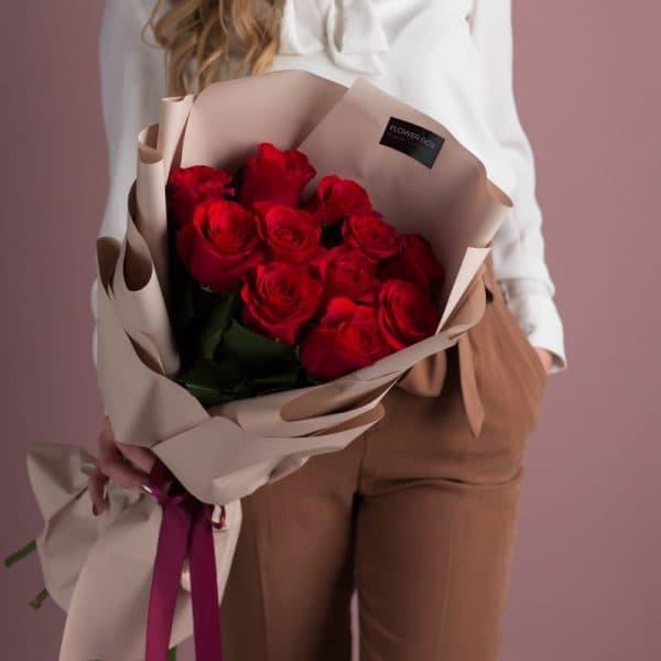 Классический букет из 11 красных роз в авторском оформлении №510 - Фото 1
