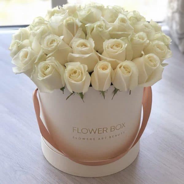 Шляпная коробка кремовая М с 41 белой розой №371 - Фото 1