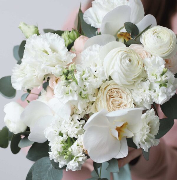 Пышный букет невесты с орхидеей и кустовыми пионовидными розами №1127 - Фото 2