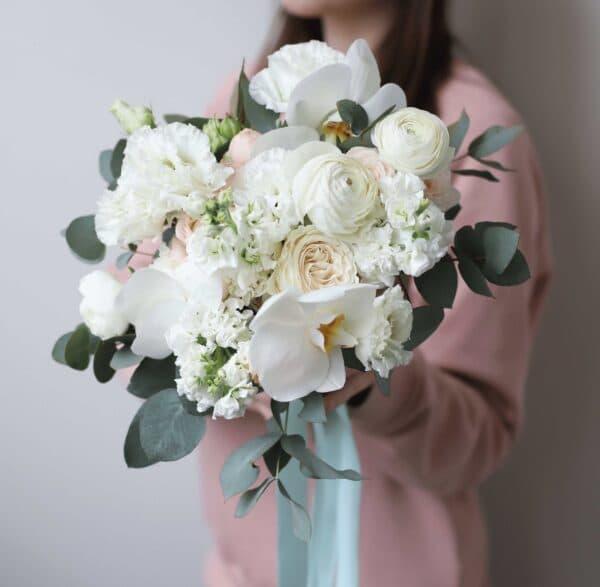 Пышный букет невесты с орхидеей и кустовыми пионовидными розами №1127 - Фото 1